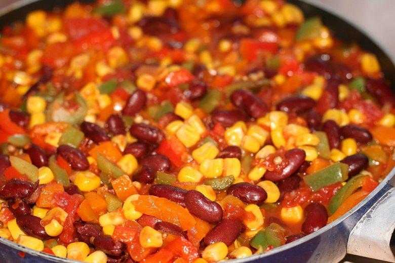 Paprika, Mais und Kidney-Bohnen in einer großen Pfanne.