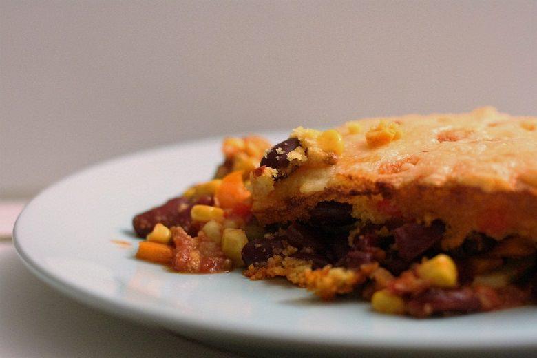 Mexikanischer Paprika-Mais-Auflauf auf einem Teller