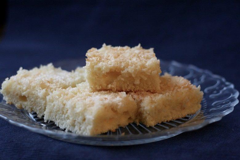 Saftiger Kokos Blechkuchen - Kuchenstücke auf einem Glasteller