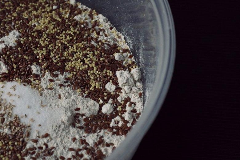 Zutaten für ein schnelles Vollkornbrot - Mehl mit Leinsamen und Hirse.