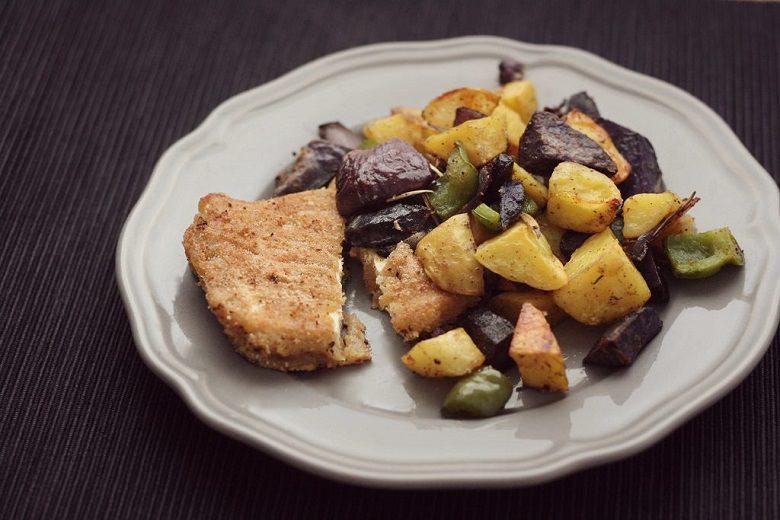 Panierter Tofu vegan mit Grillgemüse auf einem grauen Teller.