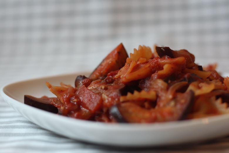 One Pot Pasta - vegane Nudeln mit Tomate-Aubergine in einem Teller