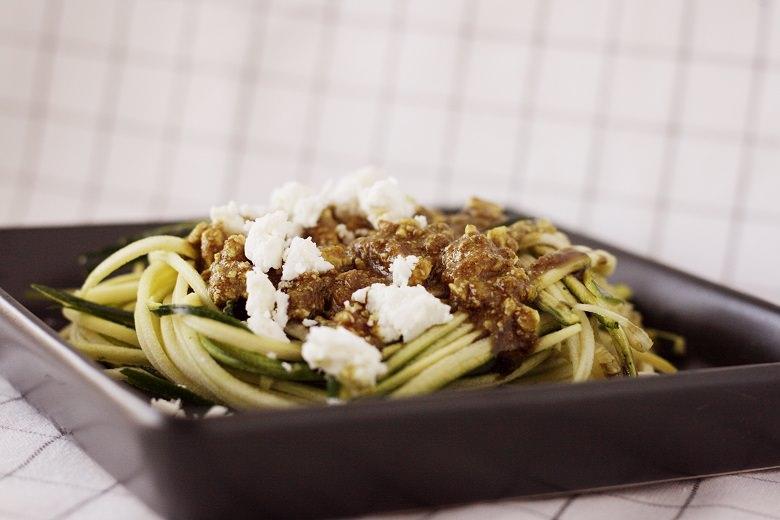 Zucchini-Spaghetti mit Feta-Pesto