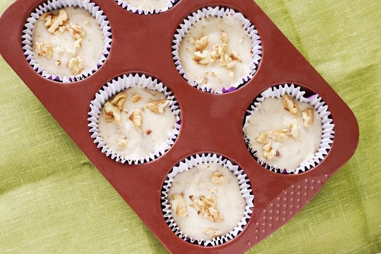 Die Banana Bread Muffins schmecken köstlich - Muffinteig in einer Silikonform