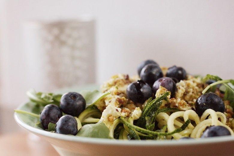 Zucchini-Nudeln mit Pesto, Rucola und Blaubeeren