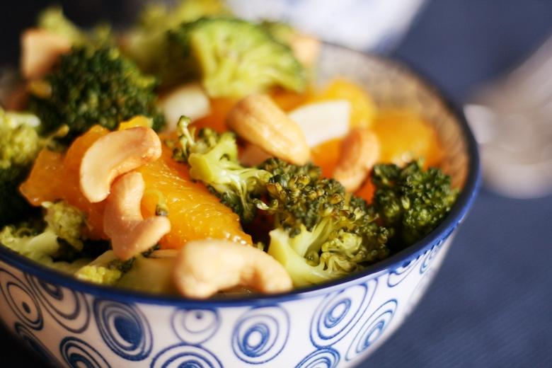 Brokkoli-Cashew Salat mit Mandarinen - bunter Salat in einer Glasschüssel.